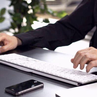 فوتیج کار در دفتر شرکت با کامپیوتر قابل استفاده برای تمامی ادیتور ها در نرم افزار هایافتر افکت،پریمیر،ادیوس،فاینال کات و سایر نرم افزار های دیگر میکس فیلم